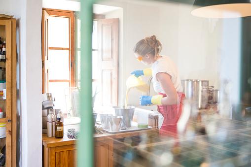 fabriquer du savon avec les ajouts en dilution de soude